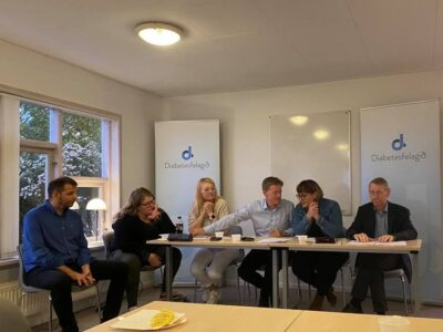 Mourits Joensen, Marna Ingeborg Hentze, Birita K. Samuelsen, Allan Skaalum, May-Britt Skoradal og Anfinnur Johansen, sum var fundarstjóri